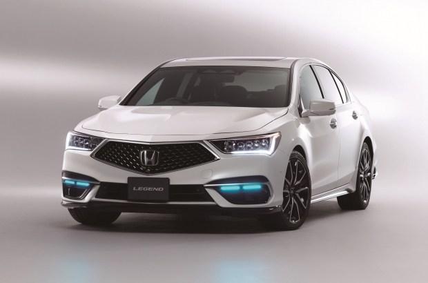 Машину с «автопилотом» выдают ходовые огни голубого цвета, колеса особого дизайна и наклейка Automated Drive рядом с задним номером.