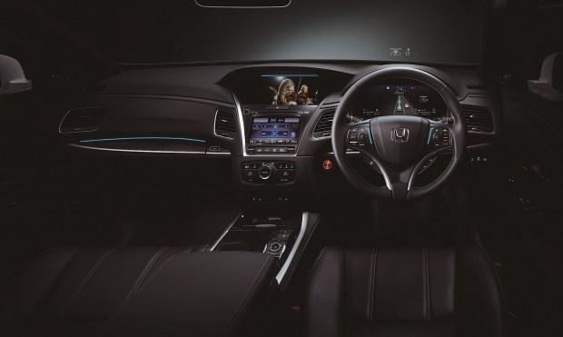 Светодиодные индикаторы работы «автопилота» расположены на руле, передней панели перед пассажиром и над дисплеем навигации. Когда Traffic Jam Pilot активен, они святятся голубым, если требуется вмешательство водителя — оранжевым. Информация о состоянии систем безопасности также выводится на цифровой «приборке».
